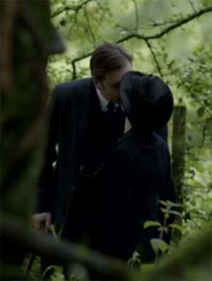 Anna and Bates kiss